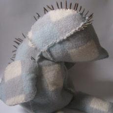 Noli Me Tangere, textiel en verroeste krammen, ca. 40 x 40 x 45 cm, 2012